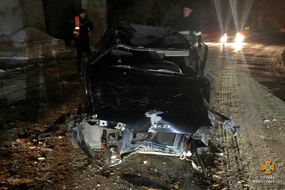 З понівеченого автомобіля водія діставали рятувальники (Фото)