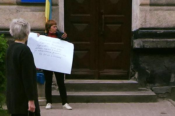 Жителька Бережан вимушено йде на смерть, рятуючи родину?