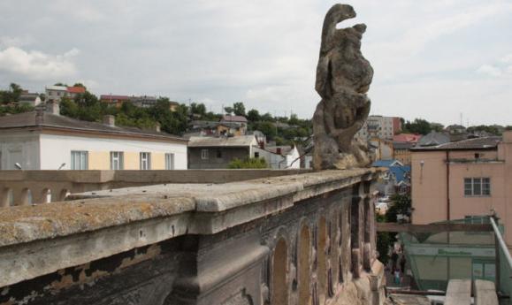 Скульптуру Пінзеля на ратуші у Бучачі руйнує час і погода (Фото)