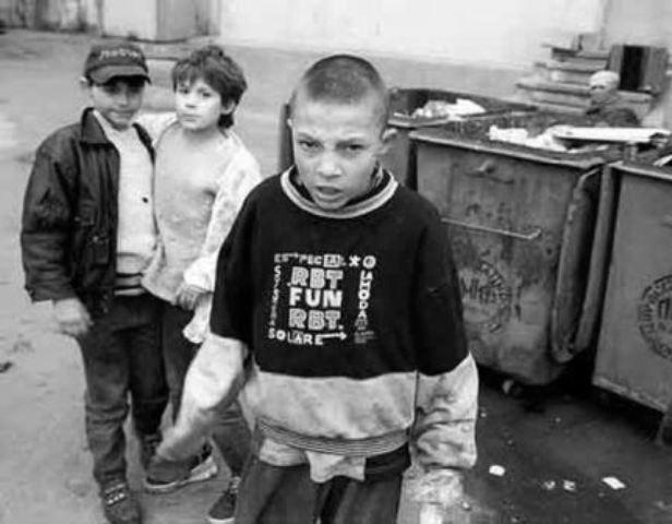 Четверо підлітків познущалися над рештками воїнів УНР (Фото)