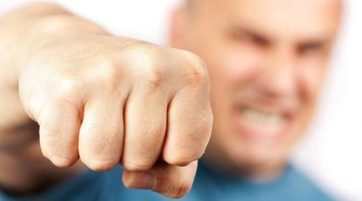 Чоловік погрожував власній матері та дружині розправою