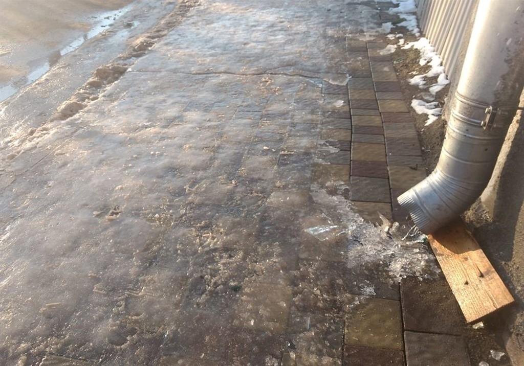 У Бережанах вода із ринв створила безкоштовну ковзанку