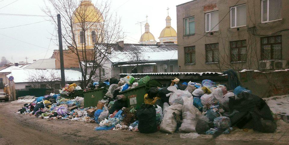 У Бережанах сміття несуть під міську раду
