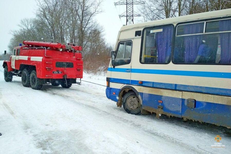 В полоні негоди опинилися рейсовий автобус, мікроавтобус та декілька автомобілів