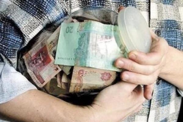 Підліток виніс з дому дві трилітрові банки з грошима