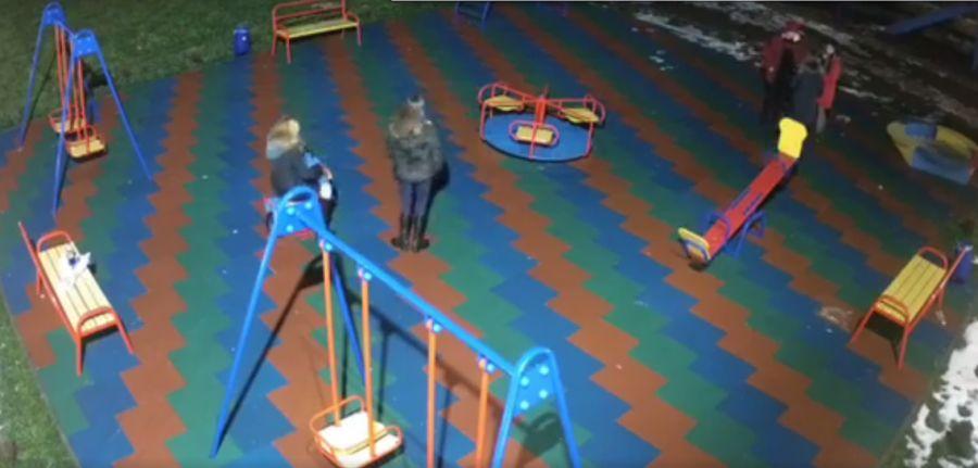У новорічну ніч «компанія» влаштувала випробування дитячому майданчику