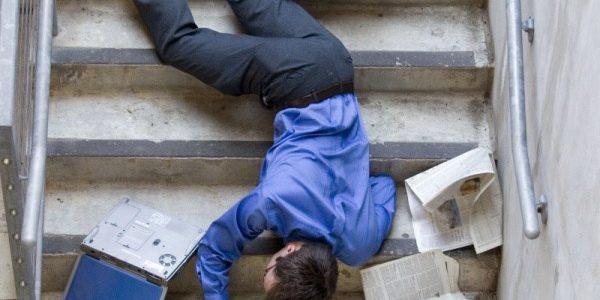 Нещасний чоловік помер після падіння зі сходів