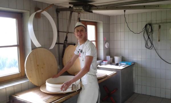 Хлопець облаштував у селі сироварню і варить сир за швейцарським рецептом