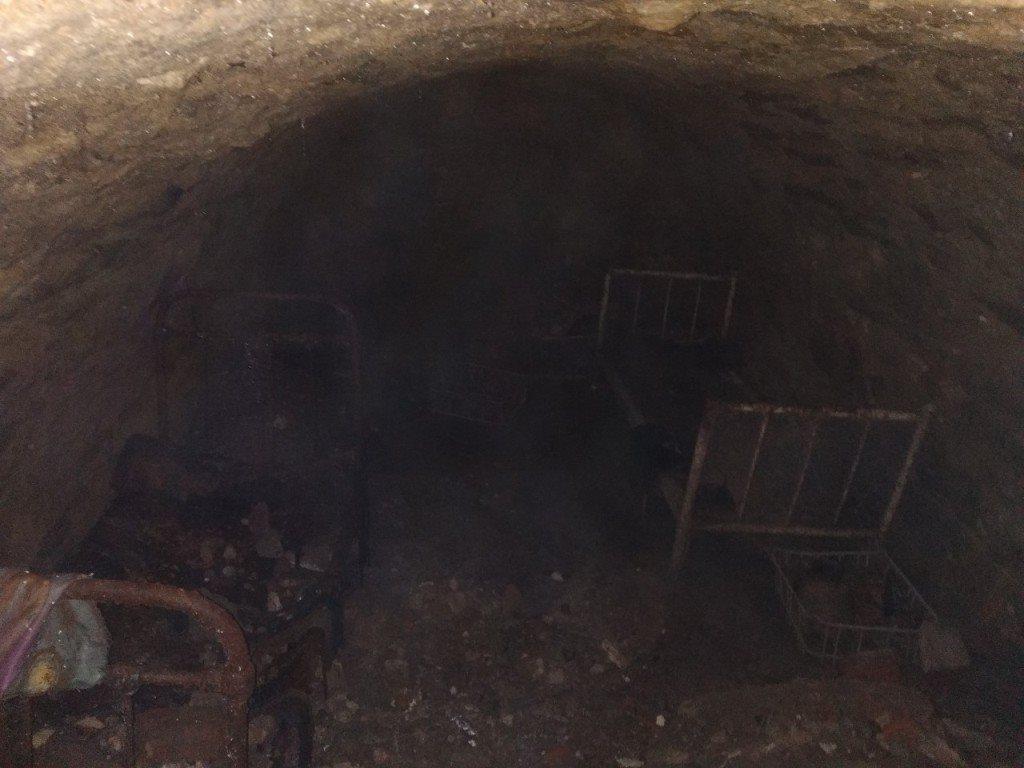 У центрі Чорткова під землею комунальники знайшли таємну кімнату (Фото)