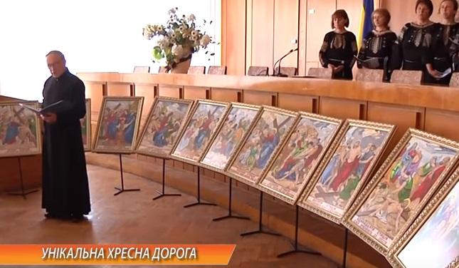 Священик з Тернопільщини п'ять років вишивав ночами Хресну дорогу