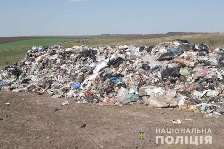 Серед ночі на Тернопільщині підозрілі фури підкинули львівське сміття (Фото)