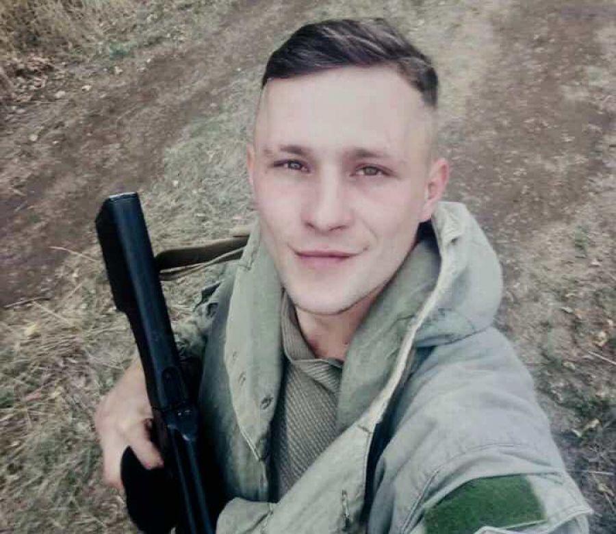 На Тернопільщині на колінах зустріли тіло вояка, який загинув на передовій (Фото)