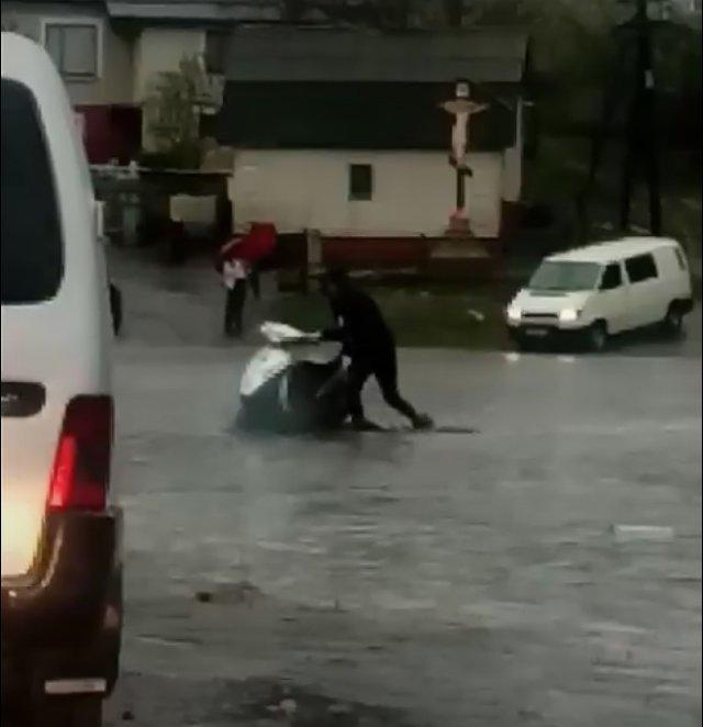 Дощ перетворив дорогу на річку (Відео)