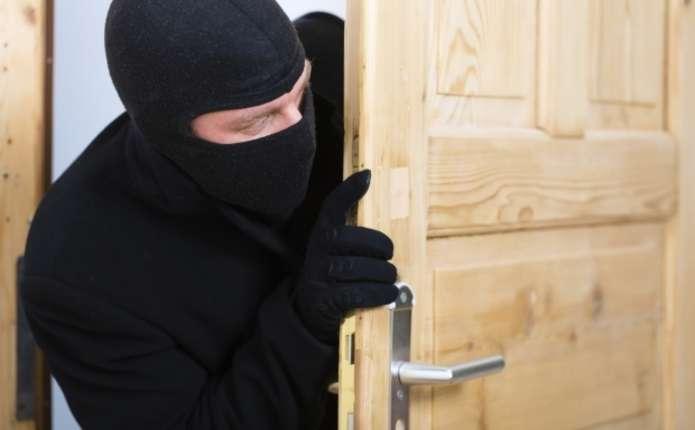 Бідолашна жінка втратила ноутбук, бо не замкнула двері