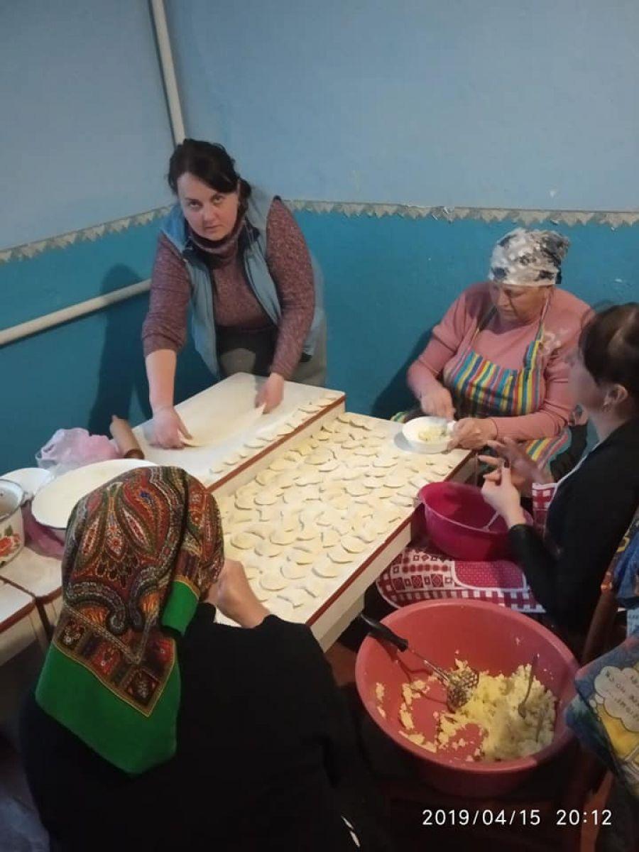 Жінки з Тернопільщини наліпили більше десятка відер з варениками бійцям на передову (Фото)