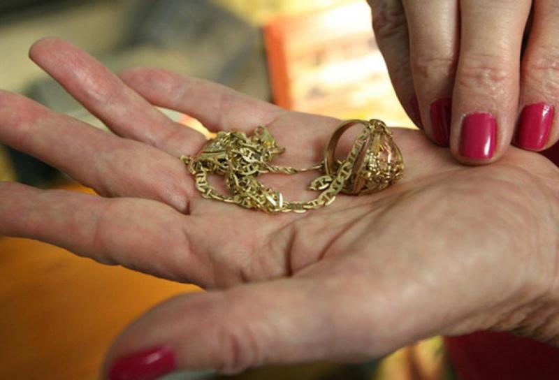 Жінки обікрали будинок: винесли золото та 19000 грн