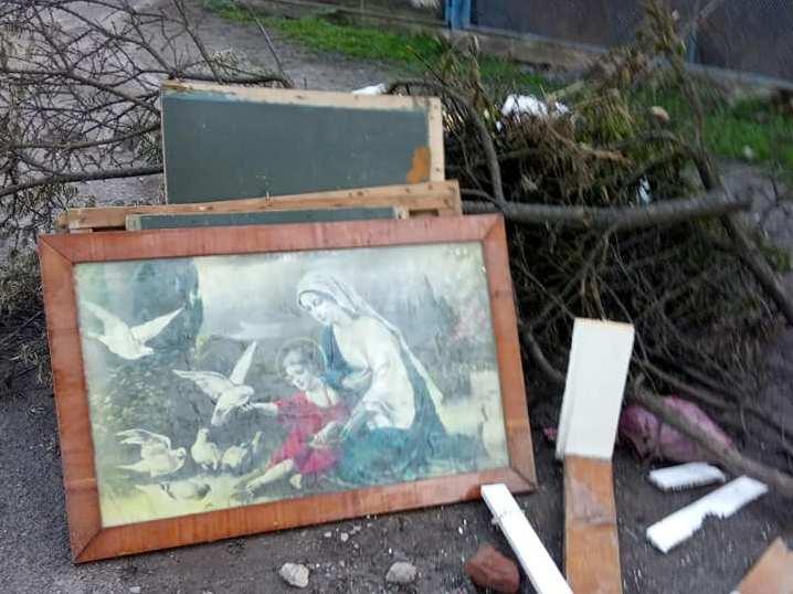 У Чорткові поруч зі сміттєвим баком викинули образ (Фотофакт)