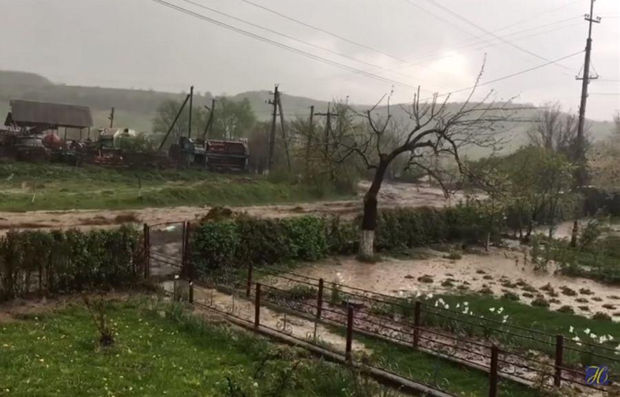 Вода змітала все на своєму шляху: з'явилося відео потопу в селищі на Тернопільщині
