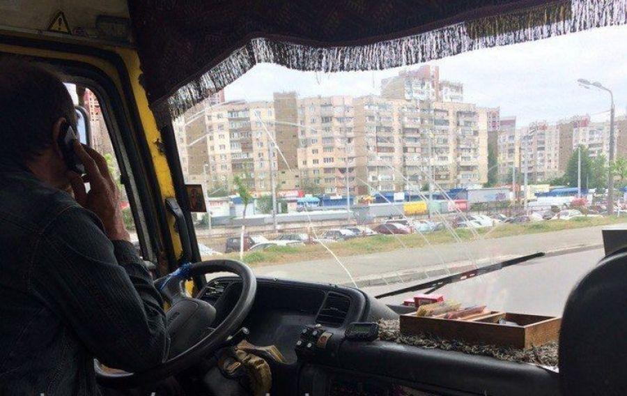 «Вимагав оплати ще раз через неуважність», – жителі Тернопільщини про водіїв маршруток, які розмовляють по телефону