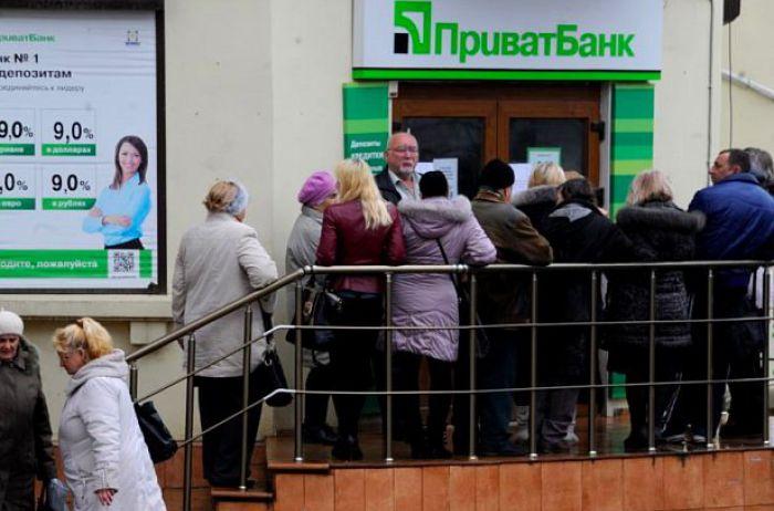 Із Приватбанку масово забирають валюту через судові баталії