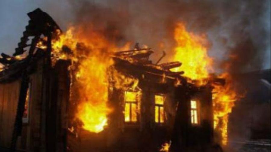 На Тернопільщині згорів закинутий будинок, у якому знайшли труп чоловіка