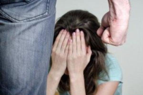 Молодик вдарив кулаком в обличчя 14-річну дівчинку