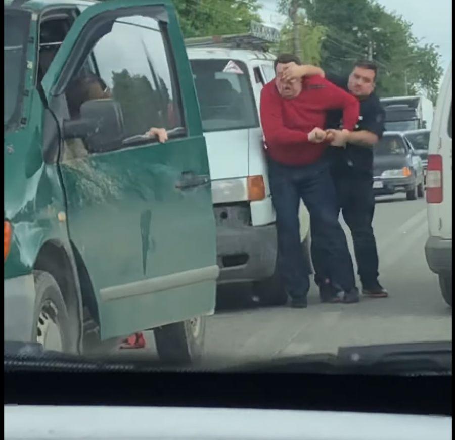 Як заступник голови Збаразької РДА кулаками й палкою розправляється з ветераном АТО і його машиною? (Відео)