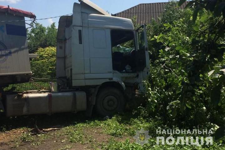 Чоловік помер за кермом вантажівки, спричинивши жахливу ДТП (Фото)