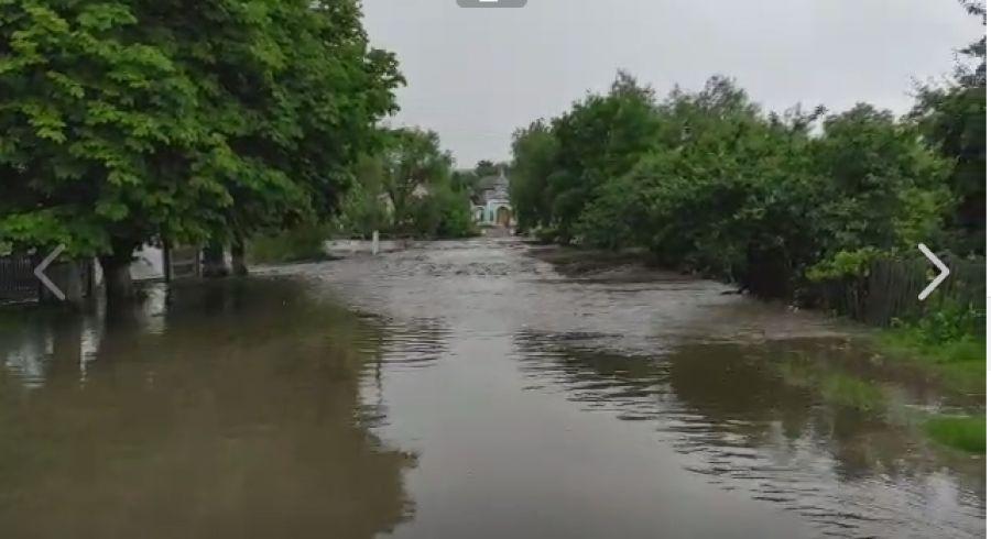 Село на Тернопільщині повністю опинилося у воді, перетворившись на велику дощову ріку