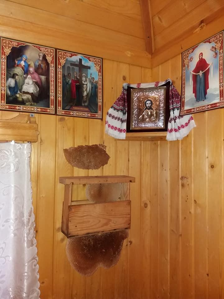 На Тернопільщині чоловік збудував «вулик-церкву»