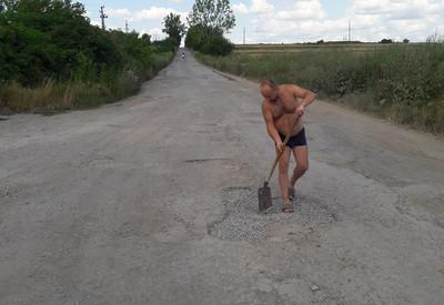 На Тернопільщині чоловік самостійно взявся латати ями у селі