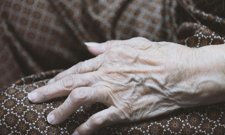 88-річну бабусю знайшли мертвою на кладовищі