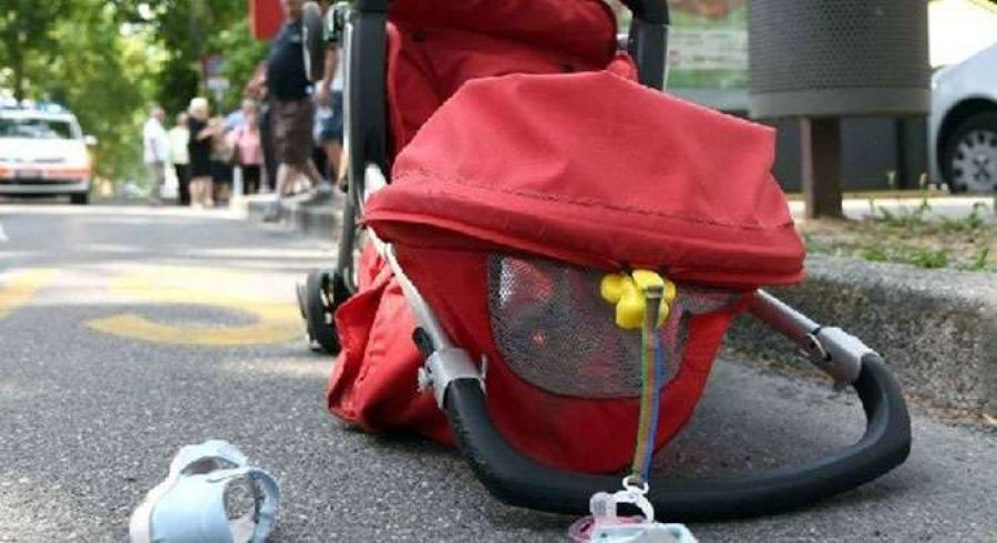 Забої та підозра на перелом: п'яна багатодітна матір не могла всадити семимісячну дитину у візочок