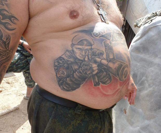 «Тремтіть, біндери!»: Фото топлес терориста «ДНР» повеселило мережу