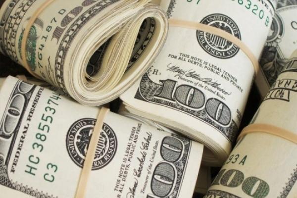 Долар знову дешевшає: Експерти розповіли, що буде з цінами