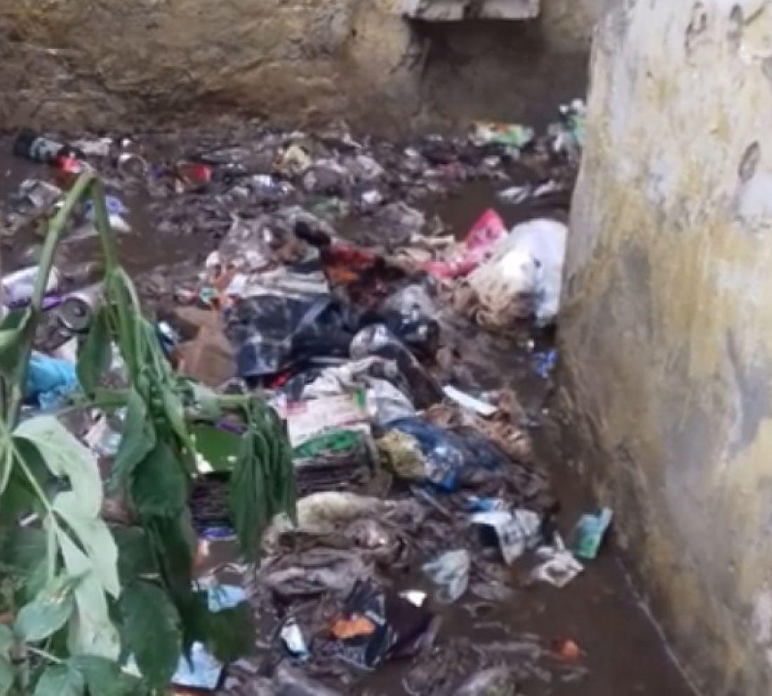 Туалет у центрі міста перетворився на стічну калоканаву (Відео)