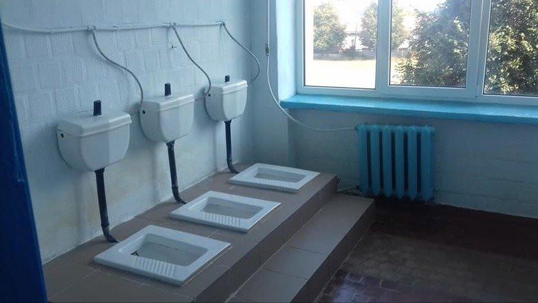 У школі учні ходять у туалети без перегородок і дверей (Відео)