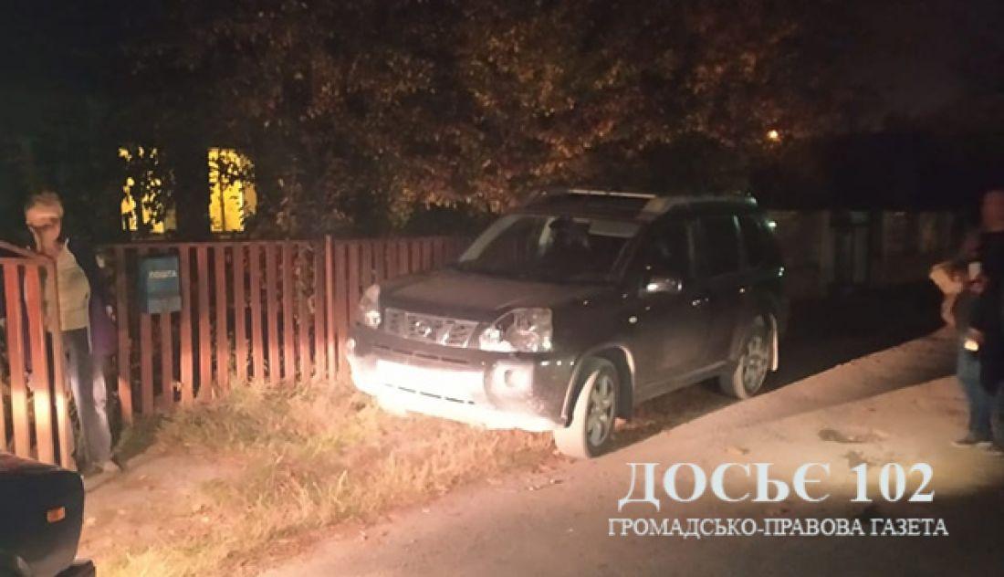 Бив молотком по чужій машині: п'яний чоловік розтрощив сусідський позашляховик (Фото)