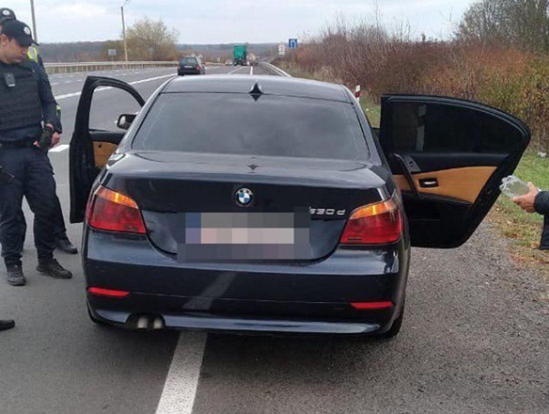 Купу грошей, пістолет та кастет знайшли тернопільські патрульні у багажнику BMW