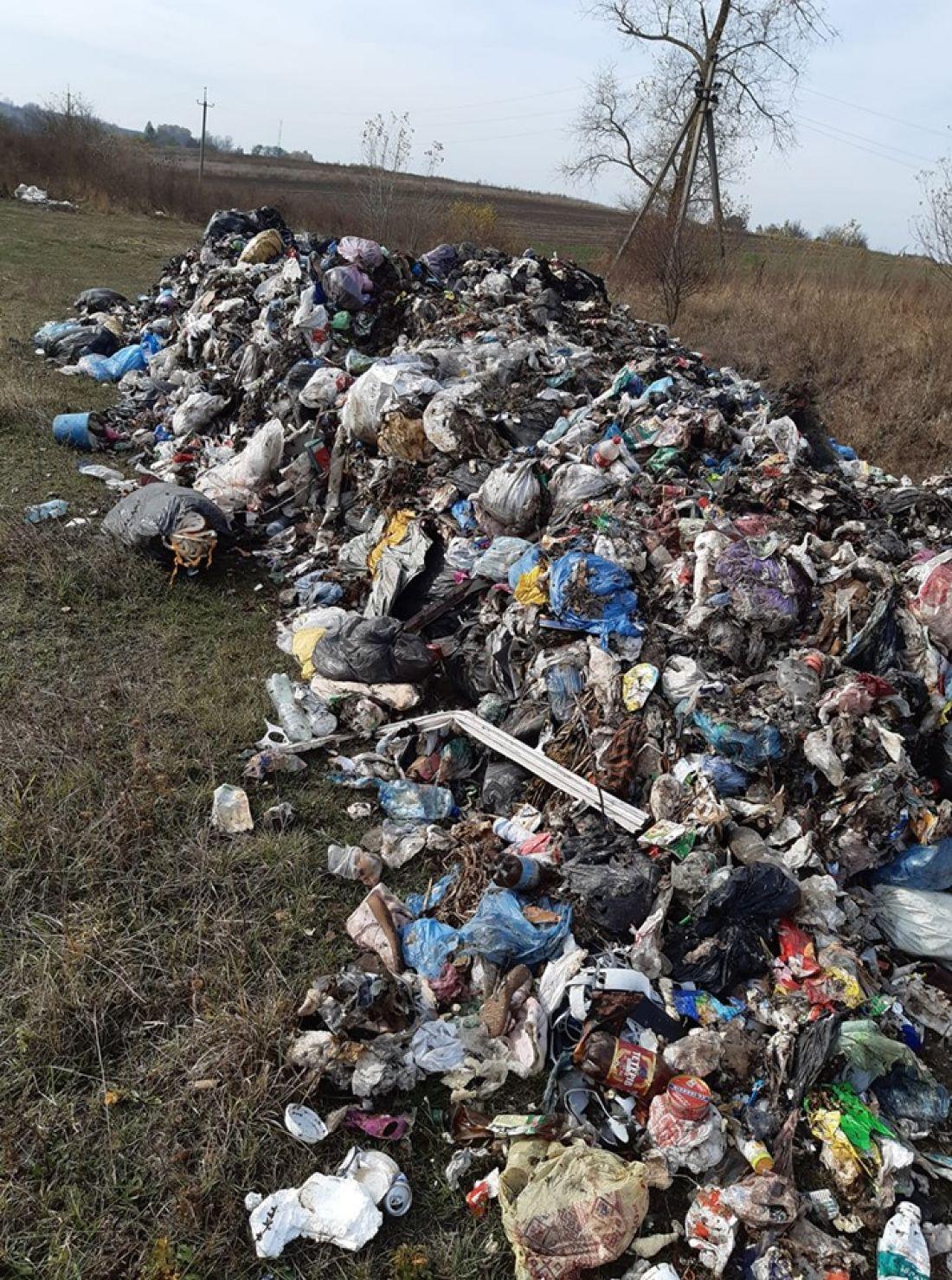 На пасовище на Тернопільщині невідомі висипали купище львівського сміття