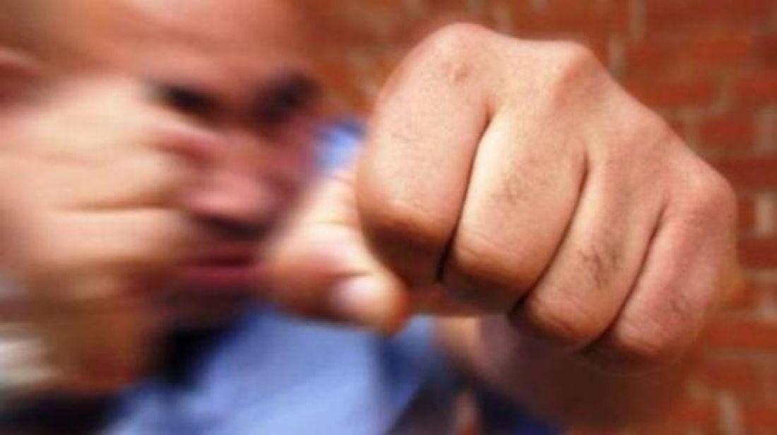 Патрульні хотіли вгамувати п'яного чоловіка, але той накинувся на них із кулаками