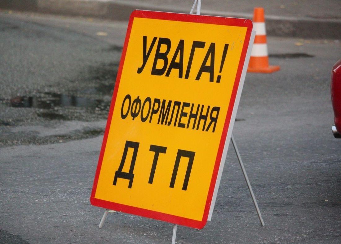 ДТП на Тернопільщині: посеред дороги лежала жінка, яка впала зі скутера