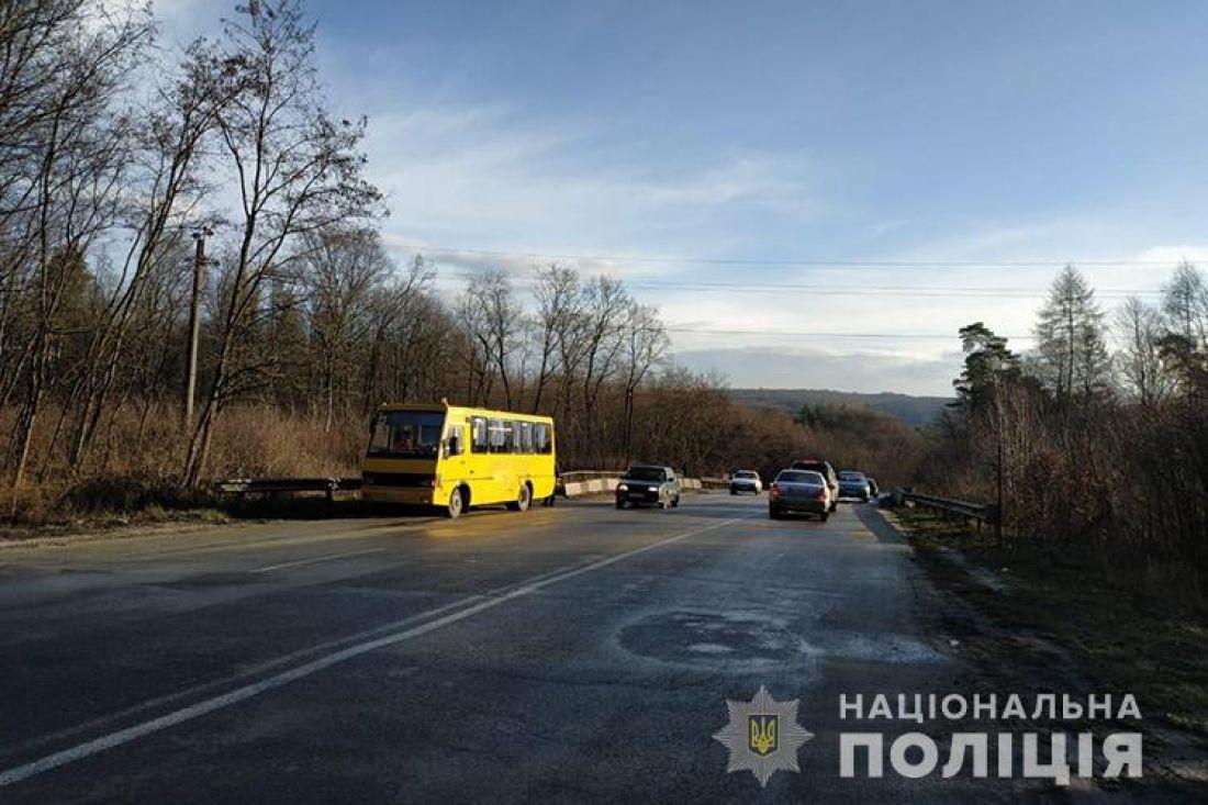 На Тернопільщині не розминулися два авто та шкільний автобус з дітьми: є загиблий