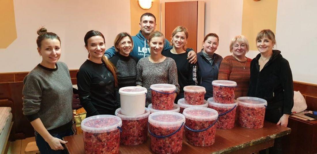 Волонтери з Шумська зробили для українських захисників понад 10 відерець вінегрету (фото)