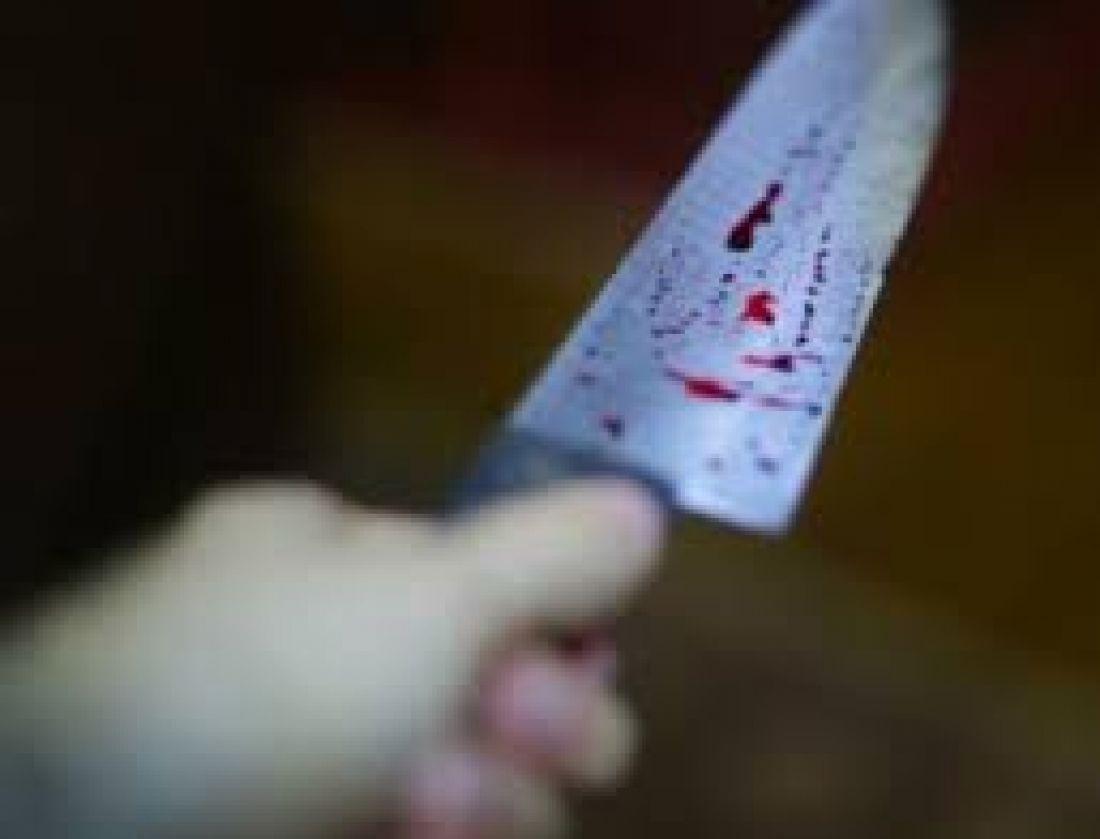 Чоловік встромив собі ножа в живіт