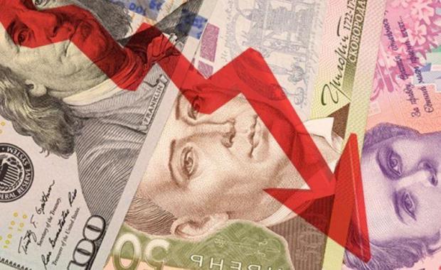 Долар продовжує стрімко набирати вагу: НБУ послабив гривню на наступний тиждень, МВФ не вірить у подальше укріплення гривні