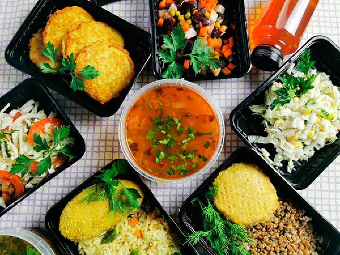 У Тернополі безхатькам та одиноким продовжують роздавати безкоштовні гарячі обіди