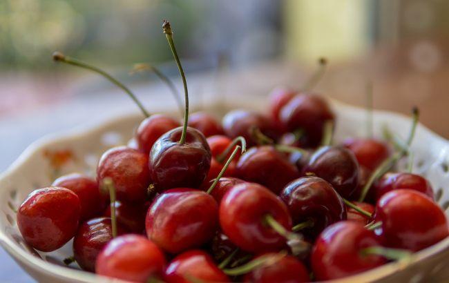Лікарі розповіли, кому суворо заборонено їсти черешню