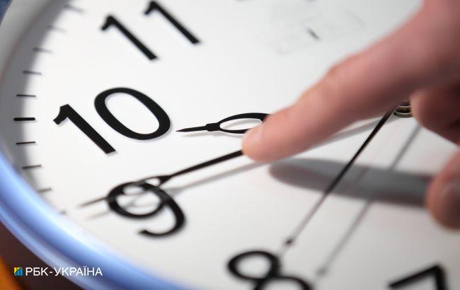 Україна перейде на зимовий час в неділю: скільки будемо спати