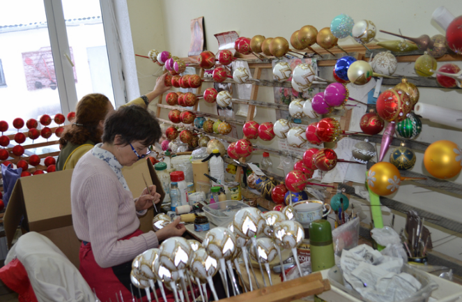 В Теребовлі талановиті майстрині створюють унікальні ялинкові іграшки (Фото)